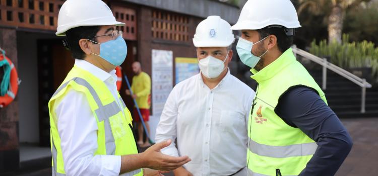 El presidente insular afirma que los trabajos del nuevo dique de Bajamar van según el calendario previsto.